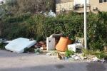Rifiuti a Palermo, una nuova discarica cresce vicino ai cassonetti e «invade» via degli Emiri