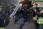 Pugno duro contro ambulanti, notte di scontri a Hong Kong: 40 feriti