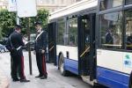 Tenta di rubare portafogli, arrestato borseggiatore sul bus 101