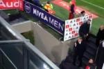 """Furia Mancini nel derby, espulso e dito medio ai tifosi in tribuna: """"Mi scuso"""""""
