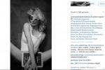 """Justine Mattera e la sua foto """"hot"""" sui social: una lavagna...""""milf"""" copre le parti intime"""