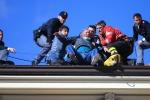 Sanremo, sale sul tetto e minaccia di buttarsi: preso dalle forze dell'ordine