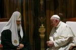 Il Papa abbraccia il Patriarca, «Questo incontro rappresenta il crollo di un muro»