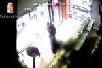 Catania, rapina ad un commerciante: le immagini dell'assalto