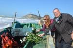 Torre Salsa, fiori per per la tragedia e pulizia della spiaggia