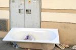 Rifiuti a Palermo, a due passi da via Notarbartolo una vasca da bagno abbandonata