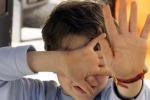 Maltrattamenti e offese agli alunni, sospesa insegnante ad Aci Catena
