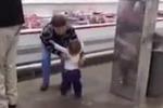 Bimba saluta e abbraccia una sconosciuta: sul web le tenere immagini - Video