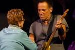 Bruce Springsteen canta e balla sul palco insieme alla madre di 91 anni: il video