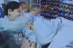 Cassiera sventa una rapina a martellate: il video