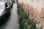 Via Buonfornello, strada ristretta dalle erbacce