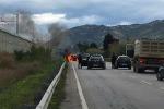 Auto a fuoco lungo la statale, paura tra Campofelice e Lascari - Video