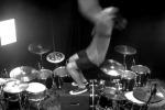 Salto mortale mentre suona la batteria: la performance di un musicista