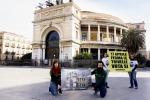 """Greenpeace contro le trivellazioni: """"blitz"""" in piazza anche a Palermo e Catania"""