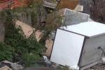 Un vecchio frigorifero, tv e legname: invasa dai rifiuti via Villagrazia a Palermo