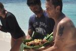 """""""L'Isola dei Famosi"""", pollo per i naufraghi: a Cayo Paloma il pranzo è servito"""