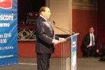 Accolto con un lungo applauso: l'arrivo di Berlusconi al Politeama - Video