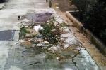 Palermo, in via Sampolo il marciapiede è «vietato» ai pedoni: è così da due anni