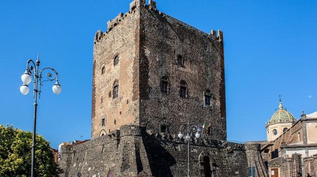 adrano, castello, fuochi pirotecnici, Catania, Cronaca