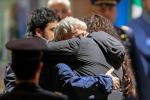 Gli ostaggi liberati atterrano a Ciampino, le immagini degli abbracci con i familiari - Foto