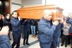 La bara di Salvatore Failla esce dalla chiesa di Santa Tecla a Carlentini