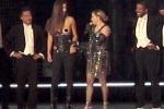 """Madonna """"denuda"""" una sua fan durante un concerto - Il Video"""