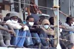"""Migranti, """"situazione insostenibile"""" L'Italia valuta la chiusura dei porti per le imbarcazioni delle Ong"""