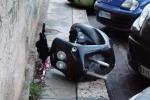 Carcassa di moto, un ostacolo sul marciapiede in via Serradifalco