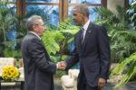 """Obama a Cuba stringe la mano a Castro: """"L'embargo finirà"""""""