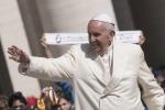 """Giubileo, il Papa ai giovani: """"La vostra felicità non è un'app che si scarica sul telefonino"""""""