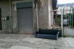 Rifiuti a Palermo, in via Resuttana anche il divano del salotto finisce sul marciapiedi