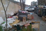 Sacchetti e bottiglie sull'asfalto, un angolo di degrado in via Cirrincione a Palermo
