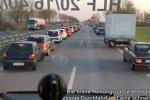 Ambulanza in arrivo, ecco come si comportano gli automobilisti in coda: il video