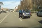 Nonnino insegue la sua auto, e il traffico va in tilt: il video