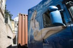 Camion con immagini osè entra in Vaticano: coperto con fogli di carta - Foto