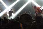 Fan scatta un selfie sul palco ma il cantante la prende a calci: il video