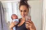 """Criticata per come tiene il figlio, il web contro modella: """"Tiene di più ai selfie"""""""