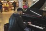 Suona al piano uno scatenato swing: mazarese incanta a Fiumicino - Video