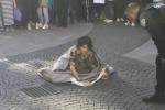 Nuda e tatuata esce fuori da un borsone in centro a Milano: il video