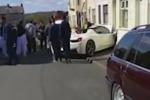 Noleggiano una Ferrari per il giorno del matrimonio: due sposi si schiantano contro un muro - Video