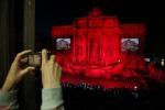 Omaggio ai martiri: la Fontana di Trevi si tinge di rosso - Foto