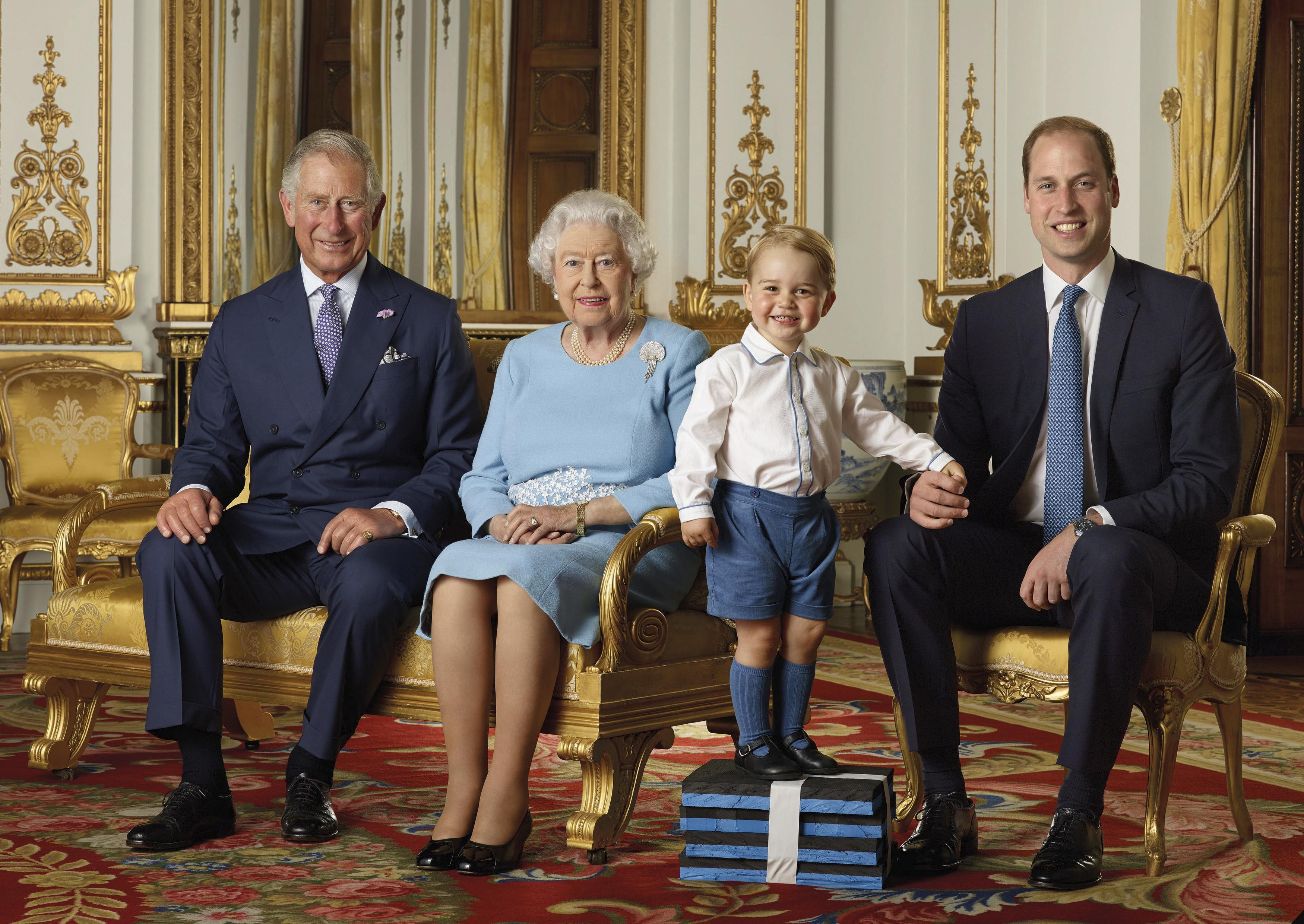 Фото дня: Принц Джордж затмил всех на фото четырех поколений семьи британского монарха - картинки, знаменитости, дети