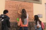 Studenti all'opera: ripulita la lapide di Pio La Torre