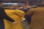 Altro che calma zen, tre monaci buddhisti se le danno di santa ragione - Video