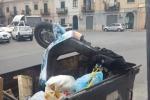 Sorpresa tra i rifiuti a Palermo: dal cassonetto spunta anche... uno scooter