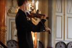 Un cellulare squilla ad un concerto...e il violinista cosa fa? Segue la melodia e sorprende tutti - Il Video