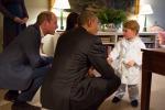 George in vestaglia saluta Obama: la foto è virale