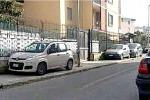 Macchine posteggiate sopra il marciapiedi nella zona di via Brunelleschi nella foto inviata a ditelo@gds.it