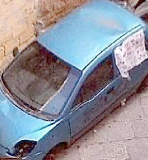 La carcassa abbandonata in via del Bosco, foto inviata a ditelo@gds.it da Domenico Bonanno