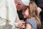 Il Papa incontra Lizzy, bimba destinata alla cecità
